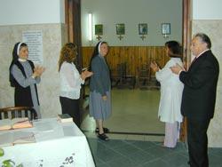 Hna. Trivilino, Graciela Bruinin, Hna. Teresita, Silvia Firmapaz y Alberto Gutt, en el acceso a la Capilla